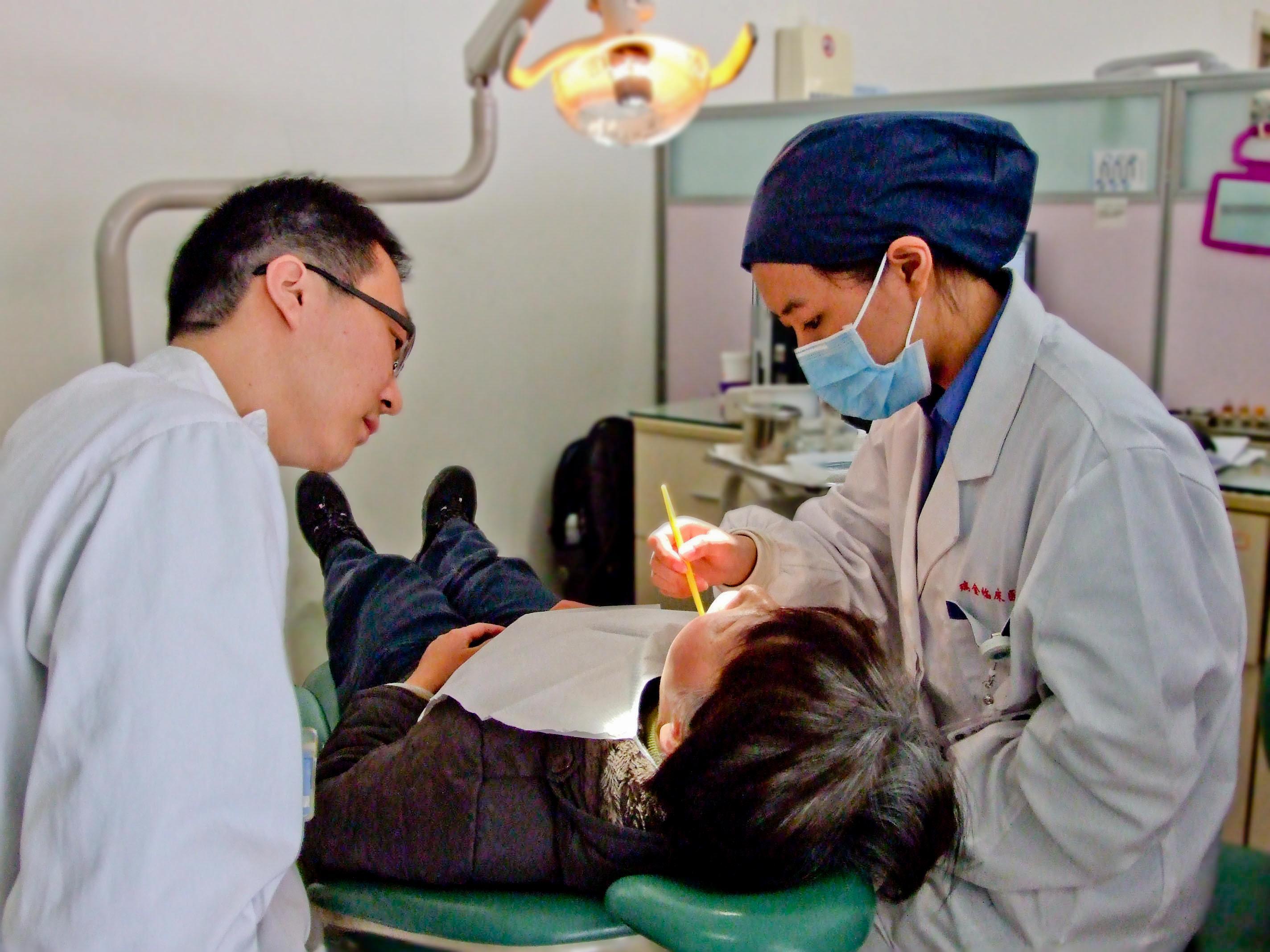 Internos médicos examinando a un niño durante un taller de odontología.